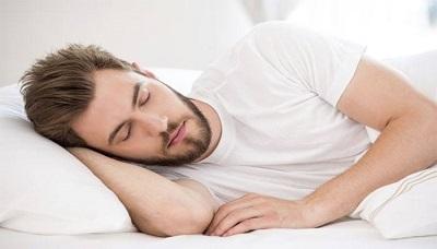 النوم على الجنب بعد زراعة الشعر.jpg