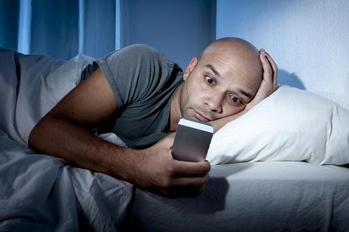 استخدام الهواتف يمنعك من الحصول على النوم الصحي.jpg
